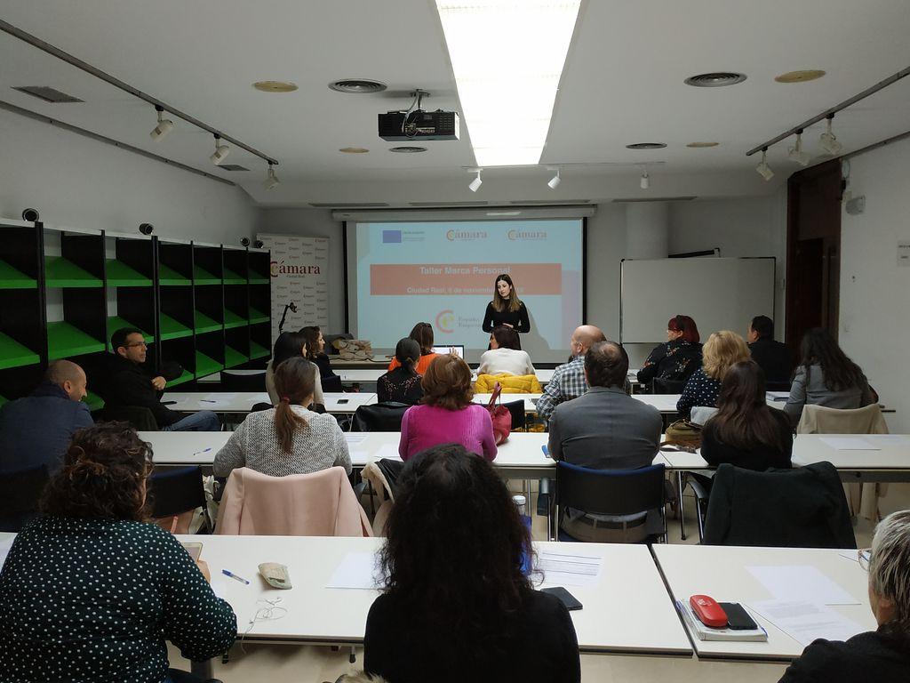 Carmen Gloria dando formación en la cámara de comercio